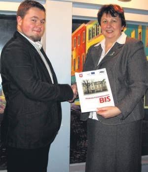 Beneficjentom gratulowała dyr. delegatury WUP Elżbieta Szymanik