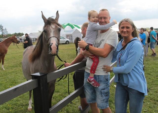 Małgorzata Czyż z mężem i córkę Victorią przyjechali do Piastowa, żeby z bliska oglądać konie arabskie. - Kocham te zwierzęta - mówi pani Małgorzata. Na zdjęciu z Urielem.