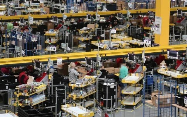 Amazon ogłosił  kolejny etap swych inwestycji w regionie łódzkim. Nowe centrum logistyczne o powierzchni 40 000 mkw., które firma zamierza otworzyć już w sierpniu tego roku w Łodzi, zostanie powiększony o kolejne 33 000 mkw. Pozwoli to na utworzenie dodatkowych 500 nowych miejsc pracy, oprócz ponad 100 zapowiedzianych wcześniej przez koncern.   Jest to trzecia faza inwestycji Amazon w regionie łódzkim. Firma zatrudnia już 700 pracowników w centrum logistycznym w Pawlikowicach, uruchomionym jesienią 2019 r., a do końca roku planuje utworzyć łącznie ponad 600 miejsc pracy w swojej lokalizacji w Łodzi. Inwestycje są odpowiedzią na rosnące zapotrzebowanie klientów na usługi Amazon w całej Europie i znacząco powiększający się zasięg działalności firmy w centralnej Polsce.