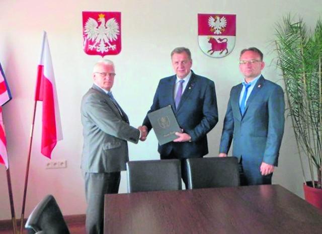 Starosta Sławomir Snarski, jego zastępca Piotr Bożko podpisali umowę na budowę hali z przedstawicielem firmy Anatex