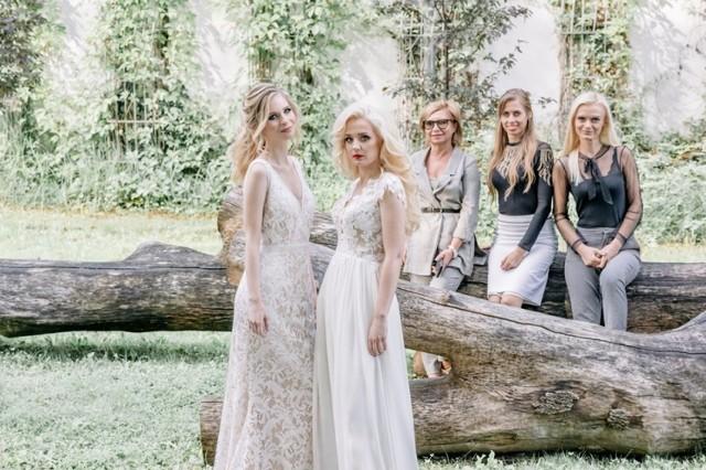 Modelki mają na sobie sukienki często wybierane przez panny młode. Jedna jest kwintesencją stylu rustykalnego. Zachwyca subtelnością, a jednocześnie skupia uwagę.