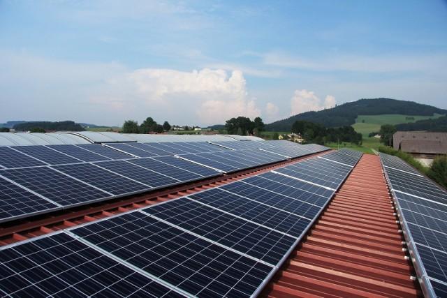 Panele fotowoltaiczne najczęściej montuje się na dachach, ale nie jest to jedyna możliwość.