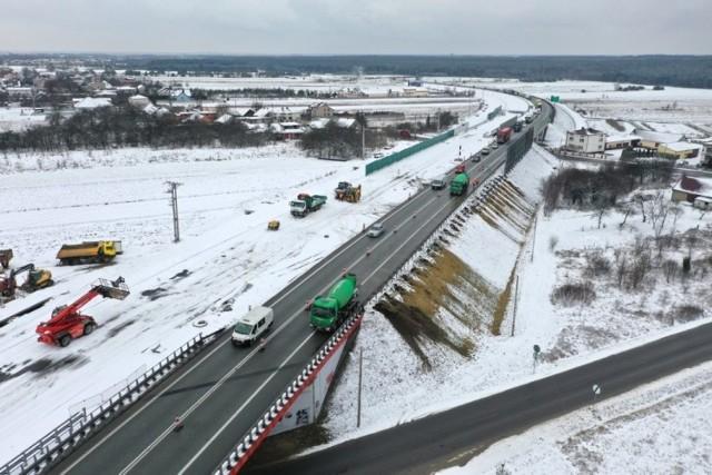 Budowa drugiej jezdni na drodze ekspresowej S1 od Podwarpia do Pyrzowic. Zdjęcia wykonano pod koniec stycznia.  Zobacz kolejne zdjęcia. Przesuwaj zdjęcia w prawo - naciśnij strzałkę lub przycisk NASTĘPNE
