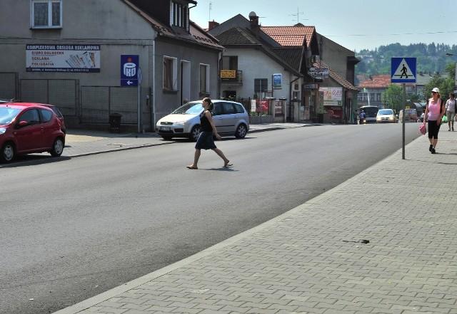 """Bez """"zebry"""" trudno przejść. Trzeba czekać, aż na ulicy jest pusto, bo kierowcy ignorują pieszych"""