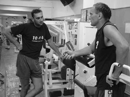 Wczorajszy trening BBTS. Trener Wiesław Popik (z prawej) prowadzi zajęcia w siłowni. Z lewej nowy nabytek BBTS Rafał Kwasowski. fot. ŁUKASZ KLIMANIEC