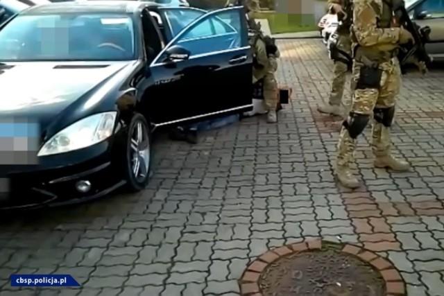 Zdjęcia z zatrzymania podejrzanych i przeszukania ich mieszkań