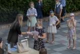 Uczniowie z Poznania odebrali świadectwa w maseczkach. Zobacz zdjęcia!