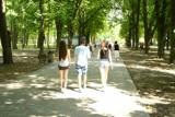 Park zdrojowy w Busku pełen spacerowiczów. Tłok był przy fontannie [ZDJĘCIA]
