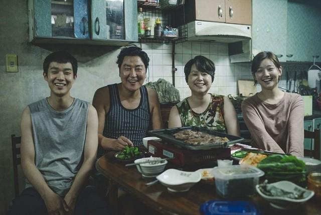 """Na ekrany Kina pod Baranami wróci m.in. nagradzany """"Parasite"""", południowokoreańska tragikomedia z 2019 roku w reżyserii Bonga Joon-ho."""