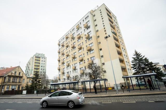Każdy zapłaci od stycznia więcej za mieszkanie, bo wzrosły koszty wywozu śmieci, dochodzi również opłata za deszczówkę.
