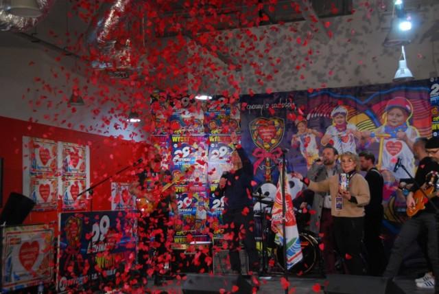 Koniński sztab WOŚP zebrał ponad 200 tys. zł. Na koniec 29. finału, zamiast światełka do nieba, spadły tysiące czerwonych serc.