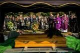 Legendarny trener spoczął na cmentarzu na bydgoskich Jarach. Zdjęcia z ostatniego pożegnania Ryszarda Mogiełki