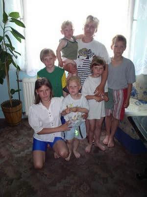 Sylwia K. ze swoimi dziećmi. Zdjęcie zrobione zostało w czerwcu 2005 r.