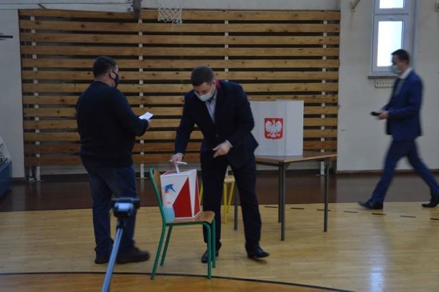 Radny Paweł Lembas podczas głosowania wniosku o odwołanie przewodniczącego Rady Miejskiej w Nowogardzie Marcina Nieradki