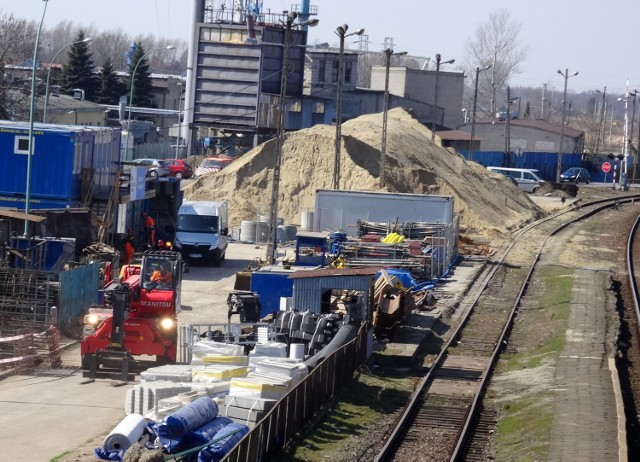 Prace obejmujące rejon stacji w Sędziszowie Małopolskim to element potężnej inwestycji, czyli modernizacji linii kolejowej E30 Kraków - Rzeszów. Jej koszt oszacowano na około 3,4 miliarda złotych