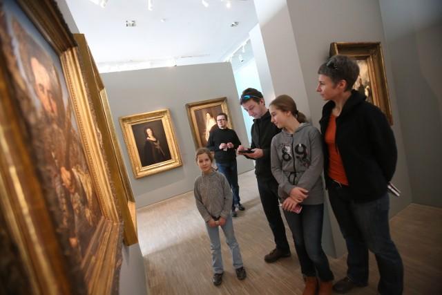 Muzeum Śląskie w Katowicach zostało otwarte 26 grudnia w drugi dzień świąt Bożego Narodzenia. I był strzał w dziesiątkę. W katowickim muzeum zjawiło się mnóstwo zwiedzających. Dla wielu z nich dzień wolny od pracy jest jedyną możliwością, aby w spokoju zwiedzić wszystkie galerie i wystawy Muzeum Śląskiego. ZOBACZCIE ZDJĘCIA  Muzeum Śląskie: