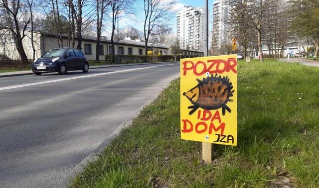 Tabliczki stworzone przez pana Sebastiana zobaczymy m.in. w Katowicach na Tauzenie.   Zobacz kolejne zdjęcia. Przesuń zdjęcia w prawo - wciśnij strzałkę lub przycisk NASTĘPNE