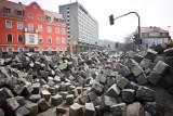 Od początku 2012 r. w trakcie remontu wałbrzyskich dróg, pozyskano około tysiąca ton kostki brukowej