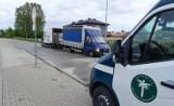Radom. Inspektorzy zatrzymali samochód dostawczy, który ważył aż 10 ton. Zawieszenie uginało się pod ciężarem ładunku