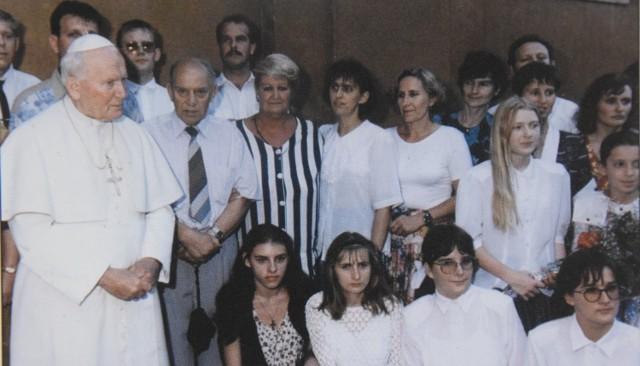 Ojciec Święty przyjął grupę pielgrzymów z naszego regionu na prywatnej audiencji 30 czerwca 1997 r. Tuż obok Jana Pawła II stoi Tadeusz Woźny.