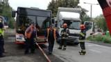 Tarnowskie Góry: Ciężarówka zderzyła się z autobusem miejskim w Lasowicach. 2 kobiety ranne [ZDJĘCIA]
