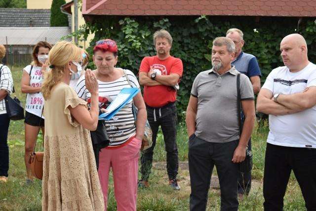 Mieszkańcy Połupina zebrali się przy świetlicy, aby przedyskutować problemy związane z jakością wody.