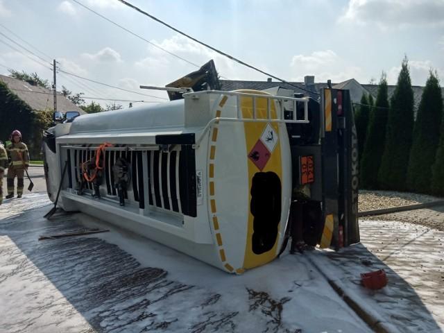 Zderzenie dwóch ciężarówek w Mionowie koło Głogówka. Przewrócił się pojazd do przewozu oleju