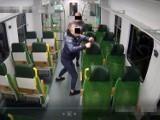 Demolka w pociągu Kolei Mazowieckich. Wyczyn dwóch mężczyzn nagrały kamery monitoringu