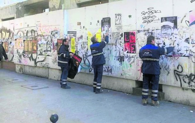 Ogrodzenie działki po kamienicy przy ul. Piotrkowskiej 58 zostało najpierw oczyszczone z plakatów...