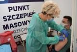 Rejestracja w masowych punktach szczepień w Warszawie właśnie ruszyła. Jest dużo wolnych terminów