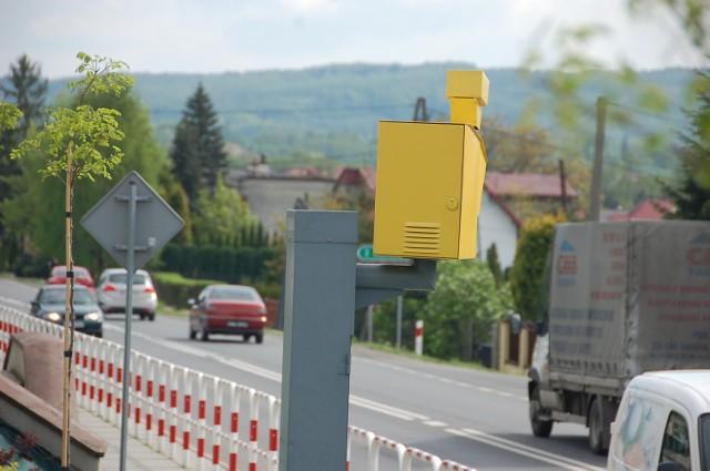 """Fotoradar w Tarnowcu  - przy drodze na Tuchów - obsługuje straż gminna. Urządzenie, jak cztery inne maszty z żółtymi """"głowami"""" pod Tarnowem, pracuje 24 godziny na dobę. Wyłapuje głównie kierowców przyjezdnych. Miejscowi wiedzą, że trzeba zwalniać"""