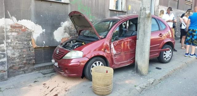 Na Placu Niepodległości w Grudziądzu samochód zjechał na chodnik i potrącił dwie osoby