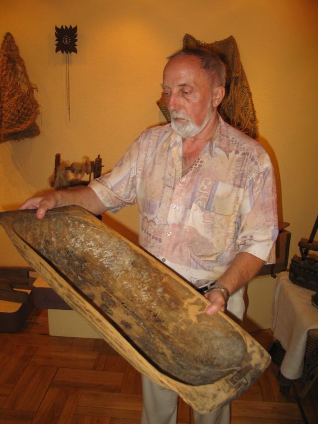 Adam Kocjan pokazuje naczynie do wyrobu ciasta chlebowego