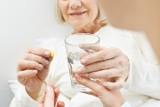 Tym nie popijaj leków! 6 napojów, którymi lepiej nie popijać leków ani suplementów diety