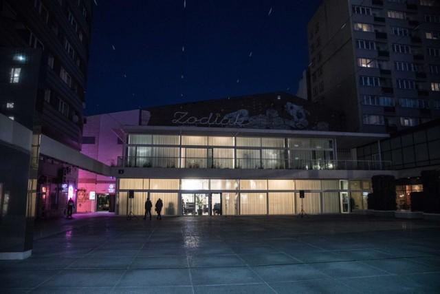 """Tegoroczny festiwal WARSZAWA W BUDOWIE odbywa się w Warszawskim Pawilonie Architektury ZODIAK oraz na placu przed budynkiem. Festiwal składa się z trzech równorzędnych elementów: prezentacji pomników na publicznym placu, wystawy w pawilonie Zodiak, a także programu publicznego: debat, warsztatów, oprowadzań oraz dyskusji. Towarzyszy mu również strona internetowa prezentująca badania społeczne zrealizowane w ramach przygotowań do festiwalu oraz długoterminowe analizy autorstwa Zespołu Badania Pomników Szkoły Głównej Gospodarstwa Wiejskiego.  Cały weekend w godz. 11-20 Zodiak Warszawski Pawilon Architektury Pasaż Stefana Wiecheckiego """"Wiecha"""" 4  Bilety 1 zł"""