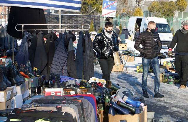 """Na giełdzie towarowej na stadionie """"Olimpii"""" kupić tutaj można  przede wszystkim ubrania oraz artykuły do domu. Towary wydają się niedrogie, ale ich jakość zwykle nie jest najwyższa."""