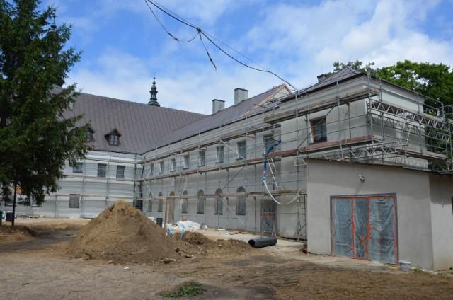 Trwa remont klasztoru bernardynów w Warcie. Odkryto owiany legendą kanał