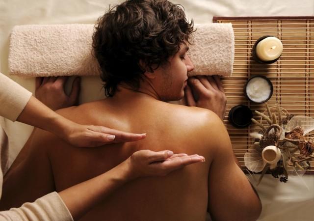 Uważasz, że masaż przeznaczony jest głównie dla kobiet? Być może uwierzyłaś w popularny stereotyp – czas to zmienić! Jeśli Twojemu chłopakowi potrzeba relaksu po ciężkim i pracowitym tygodniu pracy lub zauważyłaś, że ostatnio czuje się spięty - nie wahaj się i zafunduj mu sesję masażu. Pod okiem profesjonalistów zapomni o codziennych trudach, oddając się błogiemu relaksowi, a odpowiednie techniki masażu sprawią, że poczuje się wypoczęty i gotowy do działania.