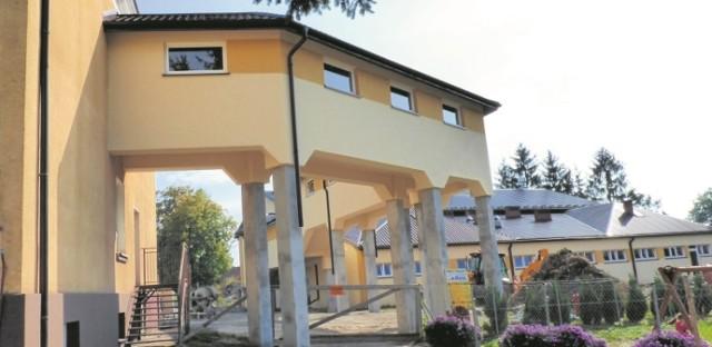 Hala sportowa jest powodem do dumy, lecz w ramach inwestycji powstał też łącznik - z budynkiem Szkoły Podstawowej. Pozwala przejść z jednego obiektu do drugiego, bez wychodzenia na zewnątrz. Uroczyste otwarcie - w środę, 16 września.