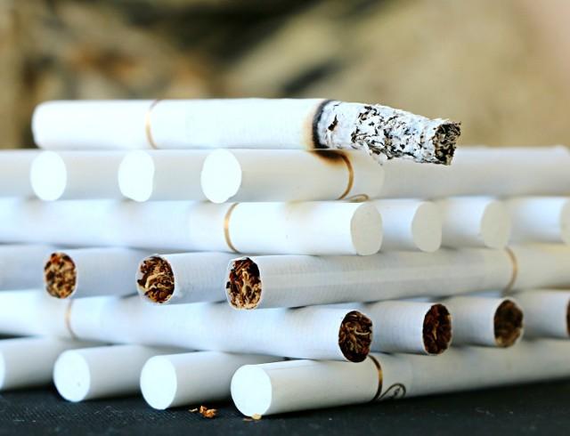 2700 paczek papierosów bez znaków akcyzy. Kierowcy grozi do trzech lat więzienia