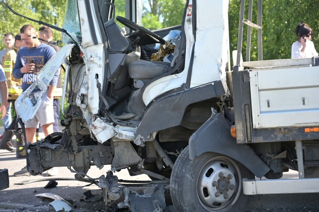 Czołowe zderzenie dwóch samochodów dostawczych w Radzyniu Chełmińskim w powiecie grudziądzkim