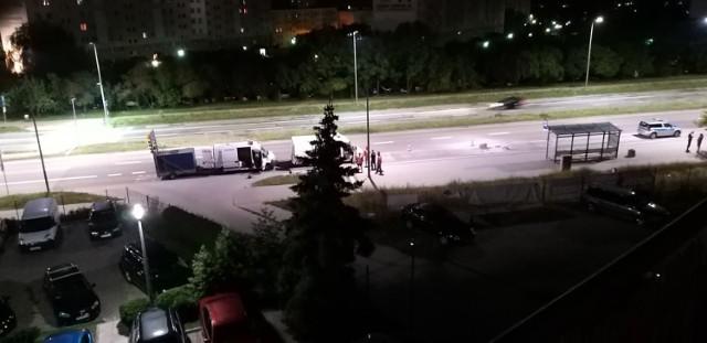 Roboty drogowe prowadzone co noc od wielu dni po północy i związany z nimi hałas przy ul. Warszawskiej w Kielcach zdenerwowały mieszkańców, którzy wezwali policję.