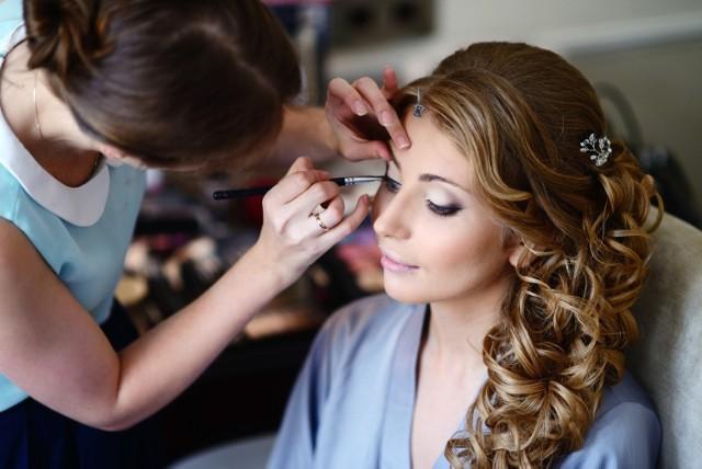 Nie wiesz, jaki makijaż na wesele będzie odpowiedni, a jaki będzie już przesadą? Zobacz w naszej galerii propozycje makijażu na ślub - zarówno delikatnego, jak i bardziej wieczorowego. Zainspiruj się!