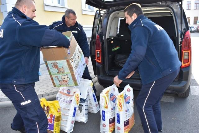 Udało się! Policjanci stanęli na wysokości zadania i zebrali karmę dla psiaków z Gaju