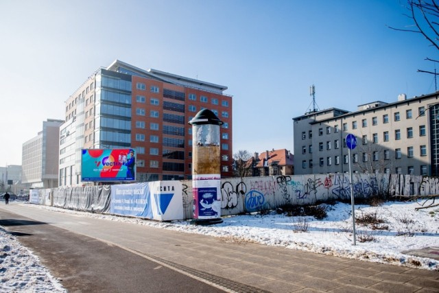 W przypadku nieruchomości przy moście Teatralnym deweloper wynegocjował z operatorem reklamy ledowej skrócenie okresu wypowiedzenia umowy z 12 do 6 miesięcy. Dodatkowo wraz z końcem lutego z działki mają zniknąć ogrodzenie oraz banery reklamowe.