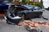 Wypadek w Tarnowie. Ferrari nadaje się do kasacji po zderzeniu z seicento i seatem na skrzyżowaniu ulic Jaracza i Ćwiklińskiej  [ZDJĘCIA]