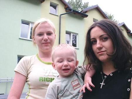 Patrycja Greń z synem Krystianem i sąsiadką Lucyną Wierzbicką cieszą się, że mogły zamieszkać w bloku socjalnym. WOJCIECH TRZCIONKA
