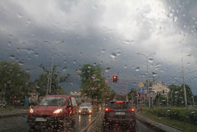 Uwaga! Nad Łodzią i województwem łódzkim mogą przejść burze z gradem. W niedzielę, 21 lipca, ostrzeżenie przed gwałtownym pogorszeniem pogody wydał IMGW. Prawdopodobieństwo, że zagrzmi jest wysokie. Na kolejnych slajdach publikujemy ostrzeżenie meteorologiczne oraz prognozę pogody na niedzielę. Prognozy dla całego kraju ostrzegają przed burzami i opadami.  CZYTAJ DALEJ NA NASTĘPNYM SLAJDZIE