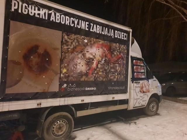 W lutym tego roku Sokołowski zmienił banery na furgonetce. Teraz mają nieco inną treść.