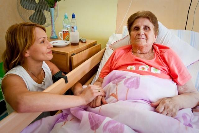 Zdrowi seniorzy mają w Krakowie liczne kluby i akademie. Z pomocą dla chorych osób starszych nie jest już tak kolorowo